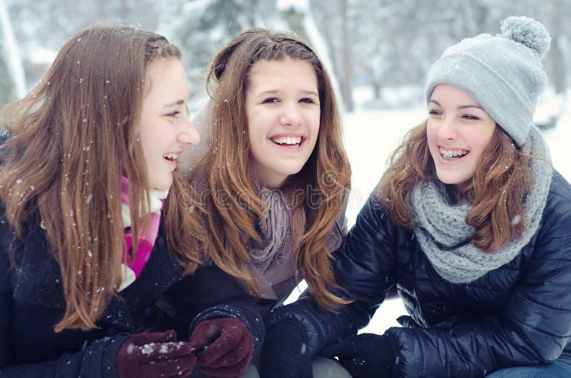 Trzy nastoletniej dziewczyny ma zabawę w śniegu zdjęcia stock