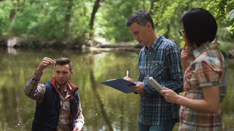 Trzy naukowów rekonesansowa woda w jeziorze fotografia stock
