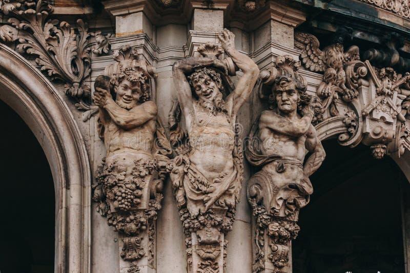 Trzy obsługują statuę od Zwinger pałac, Drezdeńskiego, Niemcy zdjęcie royalty free