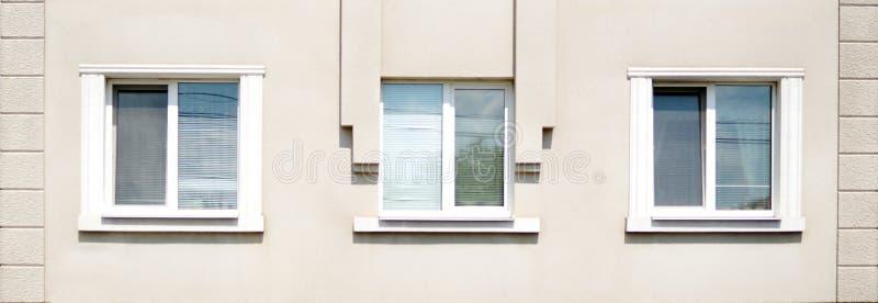 Trzy okno na ścianie dom zdjęcie stock