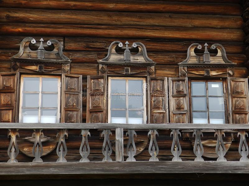 Trzy okno z rzeźbiącymi platbands na drewnianym domu obrazy stock