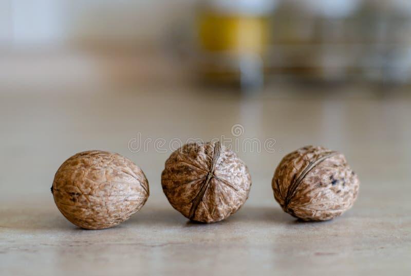 Trzy orzecha włoskiego na kuchennym stole zdjęcie stock
