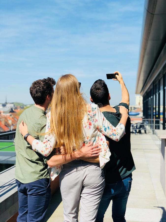 Trzy osoba Robi Selfie Pod Pogodnym niebem obrazy royalty free