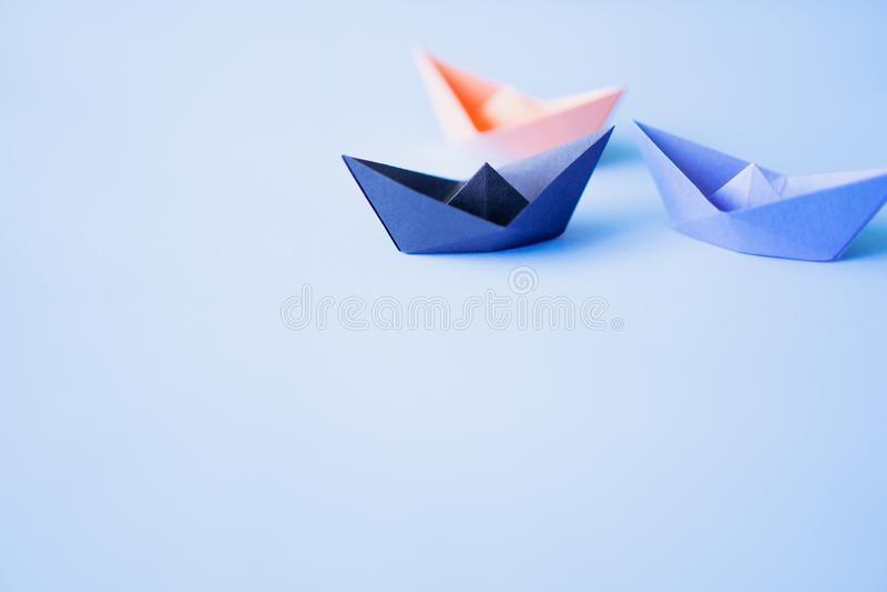 Trzy papierowa łódź na czystym tle z kopii przestrzenią fotografia royalty free