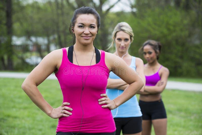 Trzy piękna kobieta przygotowywa biegać fotografia stock