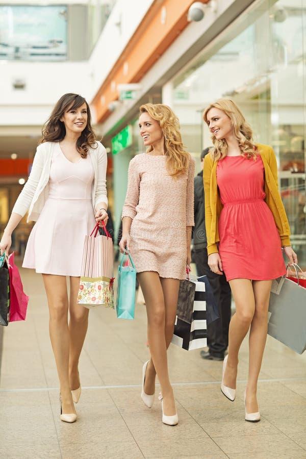 Trzy pięknego przyjaciela w zakupy centrum handlowym zdjęcie royalty free
