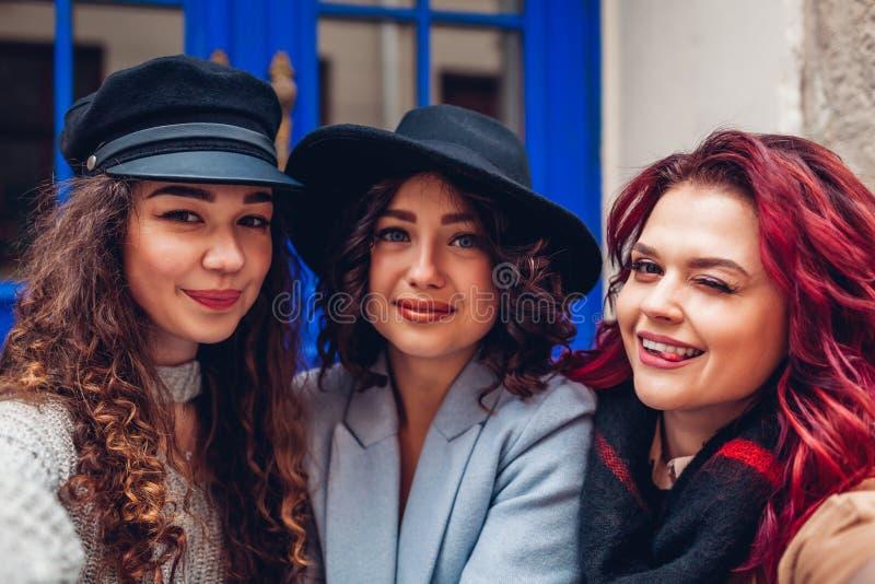 Trzy pięknej kobiety bierze selfie na miasto ulicie Przyjaciele wiesza zabawę i ma zdjęcia royalty free
