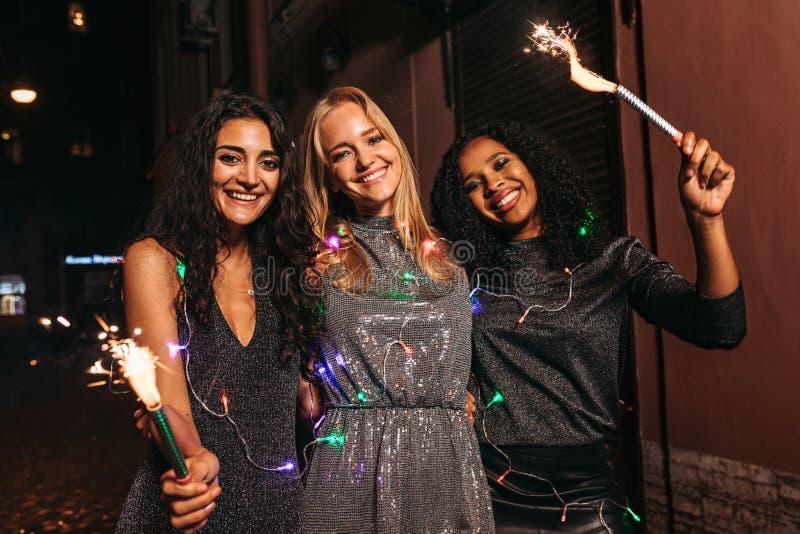 Trzy pięknej kobiety z fajerwerkami zdjęcie royalty free
