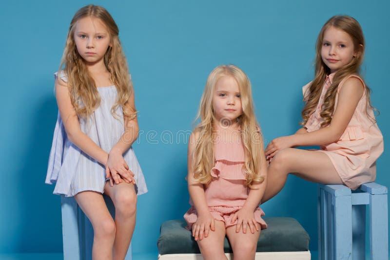 Trzy pięknej małych dziewczynek sukni mody portreta siostry obrazy stock