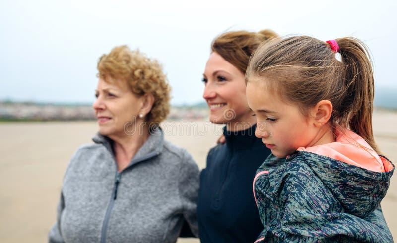 Trzy pokoleń żeński patrzeje morze obraz royalty free
