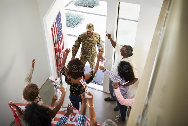 Trzy pokoleń amerykanin afrykańskiego pochodzenia żołnierza oddawania rodzinny powitalny dom one, podwyższony widok obraz stock