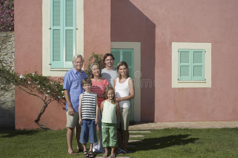 Trzy pokoleń rodzina Przed domem zdjęcia stock