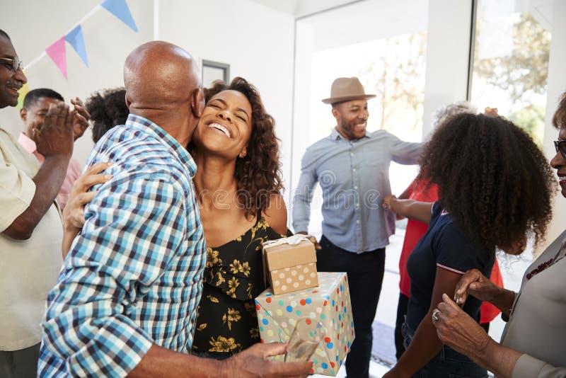 Trzy pokolenia amerykanin afrykańskiego pochodzenia rodzinnego powitalnego gościa w drzwi ich dom, zakończenie w górę zdjęcie royalty free