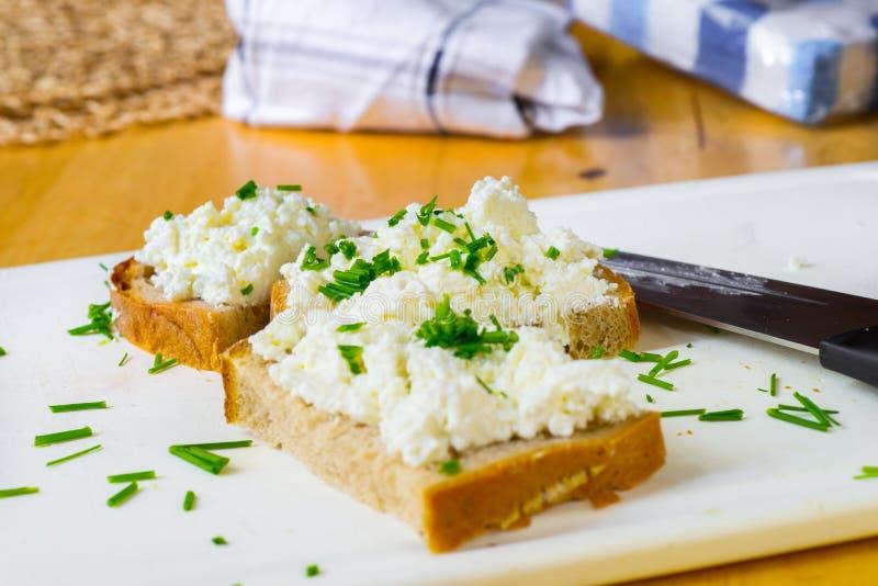 Trzy pokrajać chleb z curd szczypiorek, serem, knofe i ręcznik i, zdjęcie royalty free