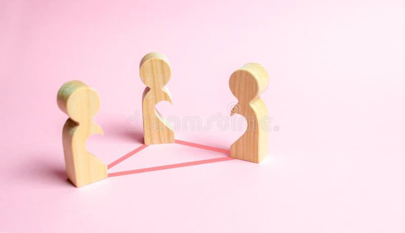 Trzy postaci ludzie z pustkami wśrodku ciała w postaci połówek serce łączą liniami Trójkąt miłosny zdjęcia royalty free