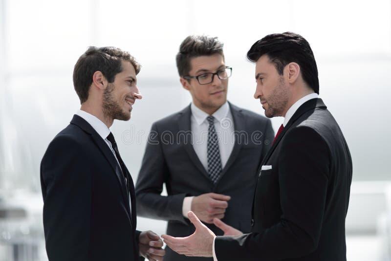 Trzy poważnego biznesmena dyskutuje problemy zdjęcie stock