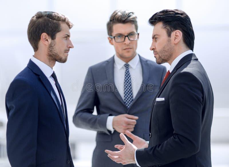 Trzy poważnego biznesmena dyskutuje problemy fotografia stock