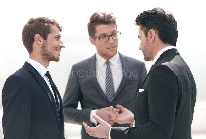 Trzy poważnego biznesmena dyskutuje problemy obraz stock