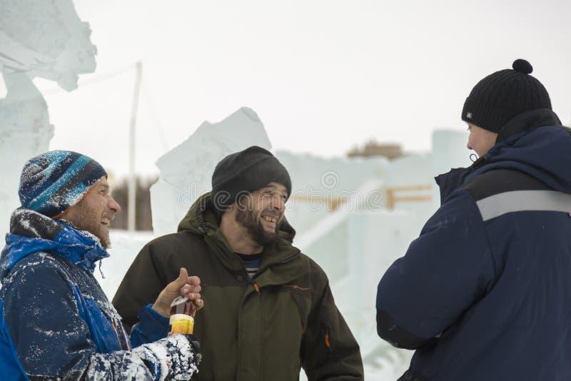 Trzy pracownika opowiada na budowie zdjęcie royalty free