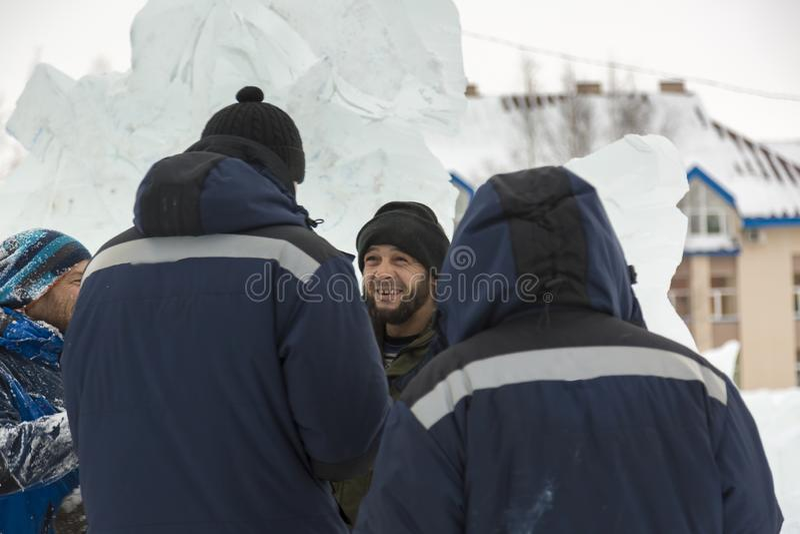 Trzy pracownika przy instalacją lodowy miasteczko fotografia stock