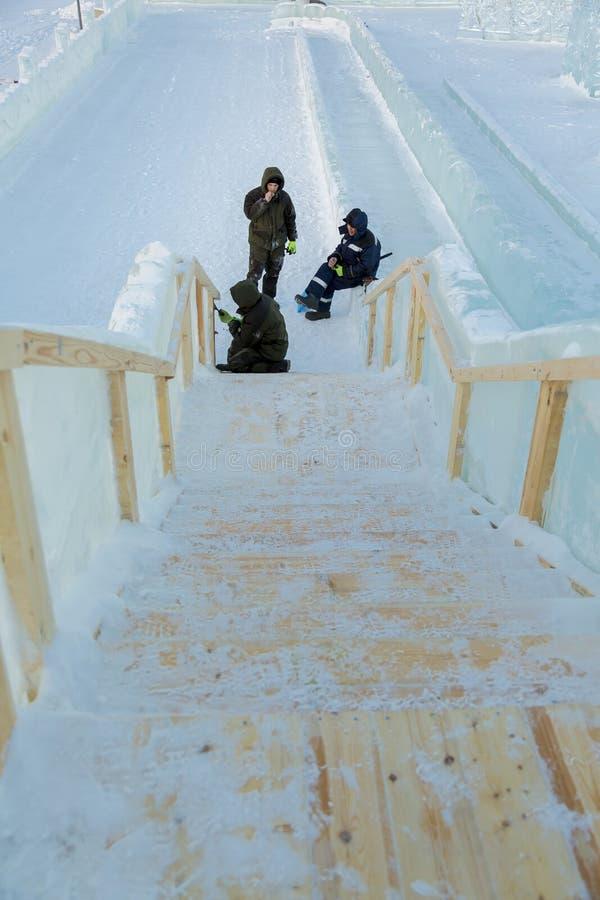 Trzy pracownika przy instalacją lodowy miasteczko obrazy stock