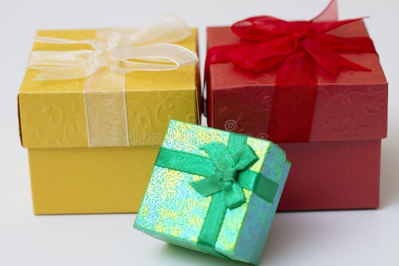 Trzy prezenta pudełko z faborkiem odizolowywającym na białym tle zdjęcia royalty free