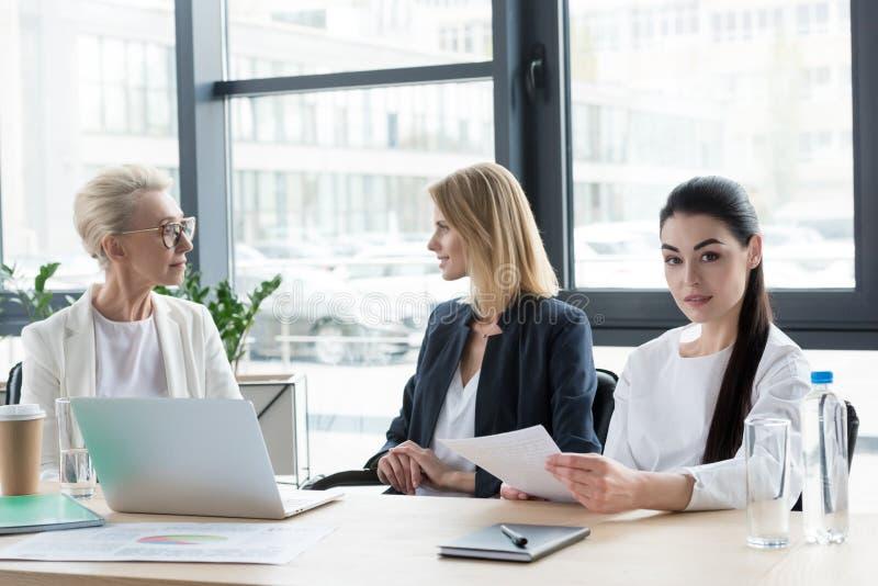 trzy profesjonalisty różnego pełnoletniego bizneswomanu przy spotkaniem zdjęcie stock
