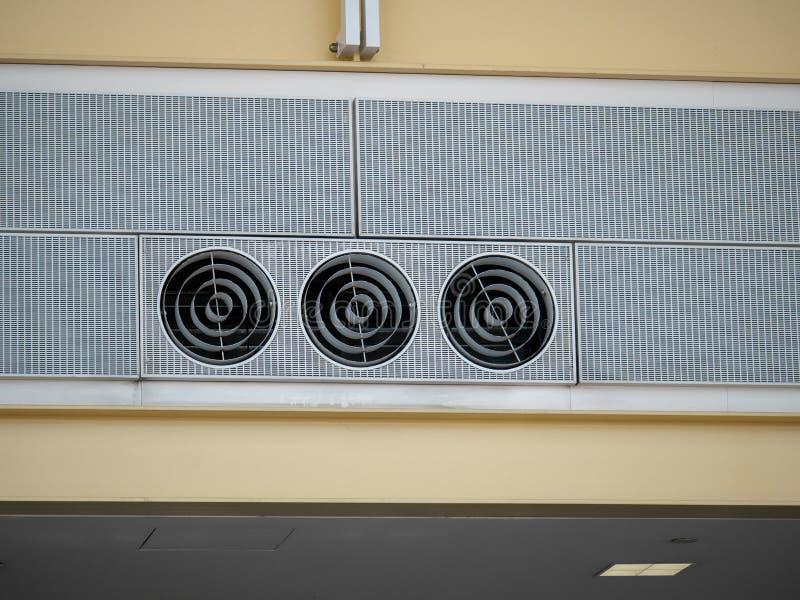 Trzy przemysłowy wentylacja kanał wachluje chłodno siedzą wysoko w lotniskowym położeniu zdjęcie stock