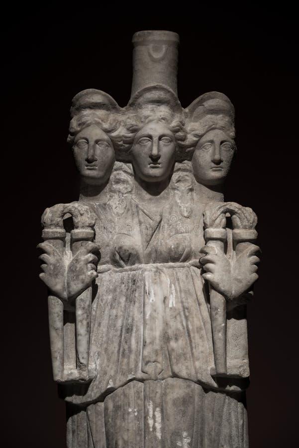 Trzy przewodzili azjata antyczną statuę piękne kobiety przy bl fotografia stock