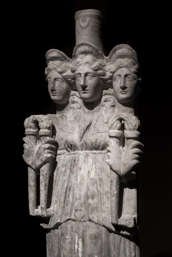 Trzy przewodzili azjata antyczną statuę piękne kobiety przy bl obraz stock