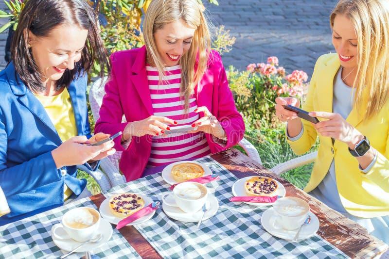 Trzy przyjaciela bierze obrazek jedzenie fotografia royalty free