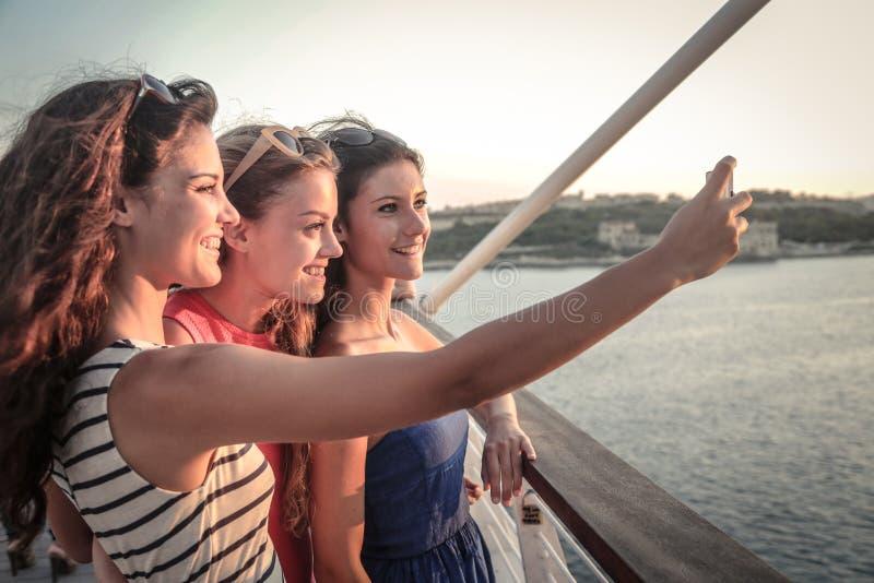 Trzy przyjaciela robi selfie obrazy stock