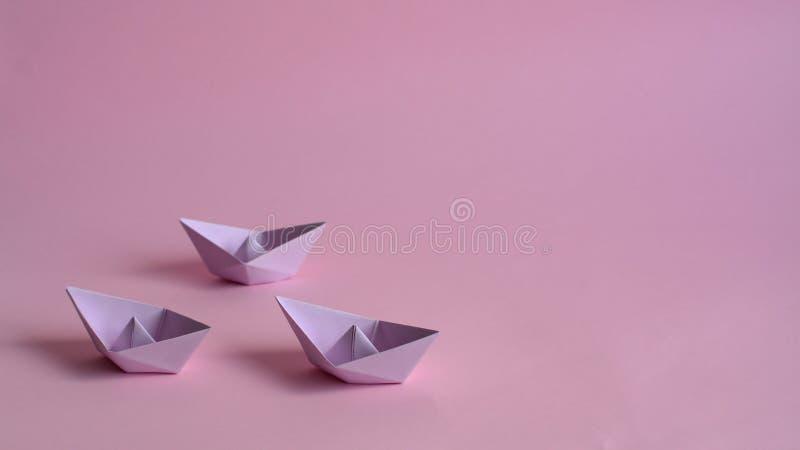 Trzy purpury tapetują łodzie na świetle - różowy tło fotografia royalty free