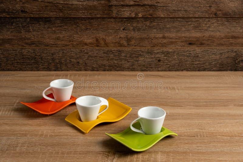 Trzy pustego filiżanka kawy na biurko przekątnie opuszczać obrazy royalty free