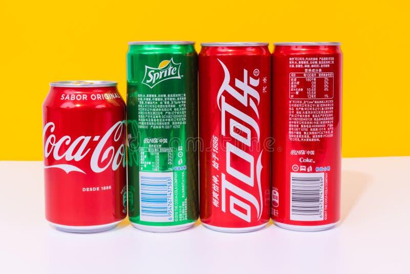 Trzy puszki koka-kola i jeden mogą sprite, trzy puszki pisać w chińczyku obraz royalty free