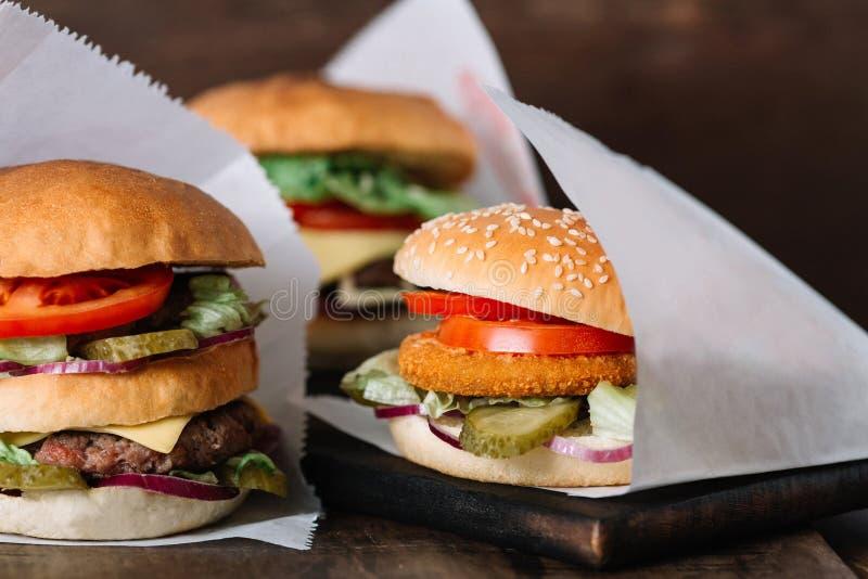 Trzy różnego rodzaju hamburgery na drewnie obraz royalty free