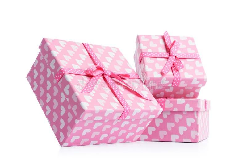 Trzy różowego prezenta pudełka na białym tle, Kartoteka zawiera ścieżkę odosobnienie zdjęcia stock
