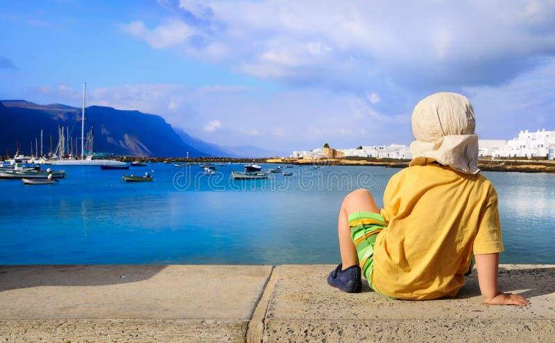 Trzy roczniaka chłopiec dopatrywania woda w Graciosa, Ca zdjęcia stock