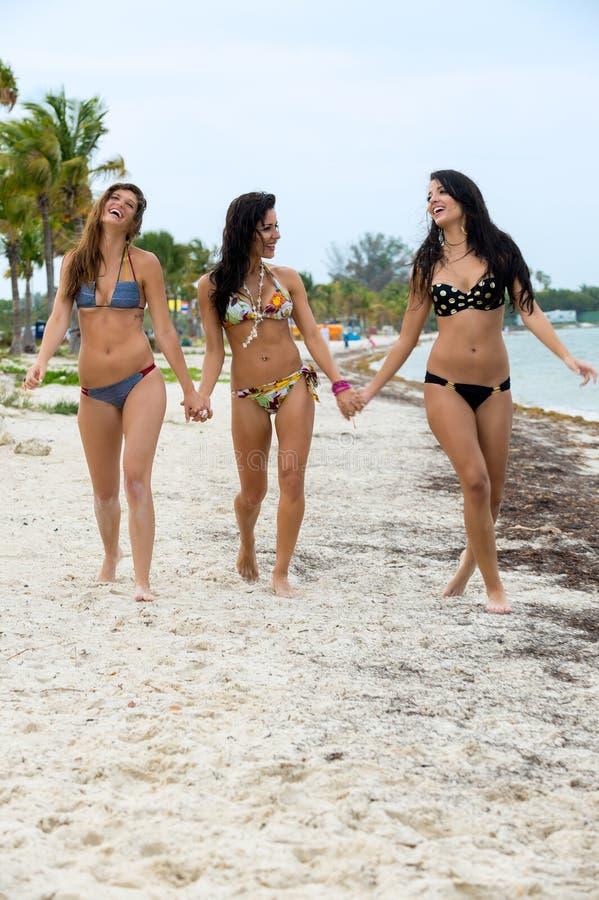 Trzy roześmianej kobiety w bikini obrazy royalty free
