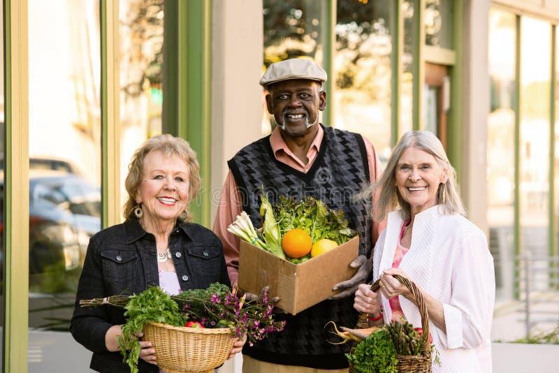 Trzy seniora Wraca od rolnika rynku z sklepami spożywczymi zdjęcie stock