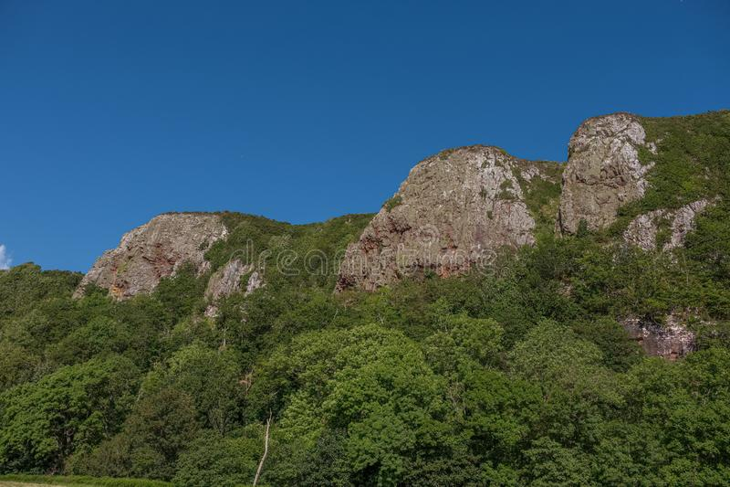 Trzy siostry góry przy Portencross w Szkockim lata Solstice zdjęcia royalty free