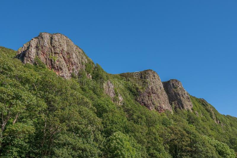 Trzy siostry góry przy Portencross w Szkockim lata Solstice obraz royalty free