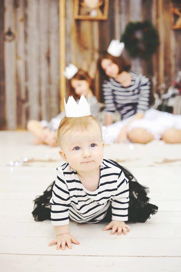 Trzy siostry pozuje w białych koronach zdjęcie royalty free