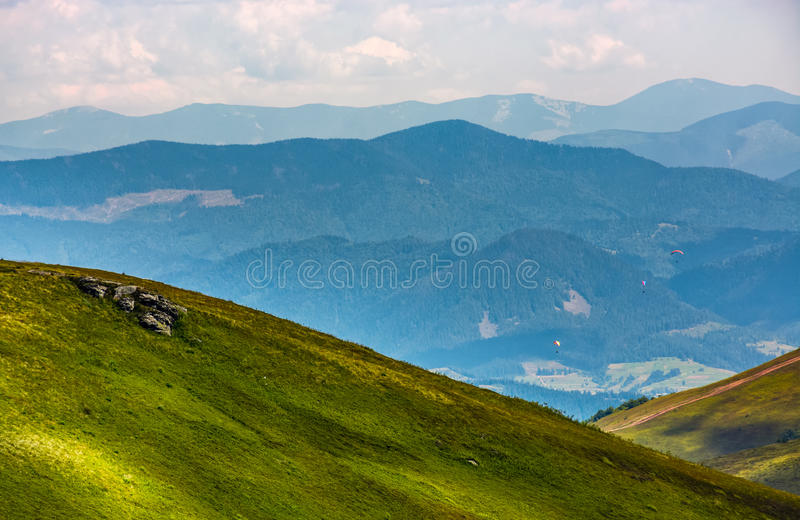 Trzy skydivers latają nad doliną obrazy stock