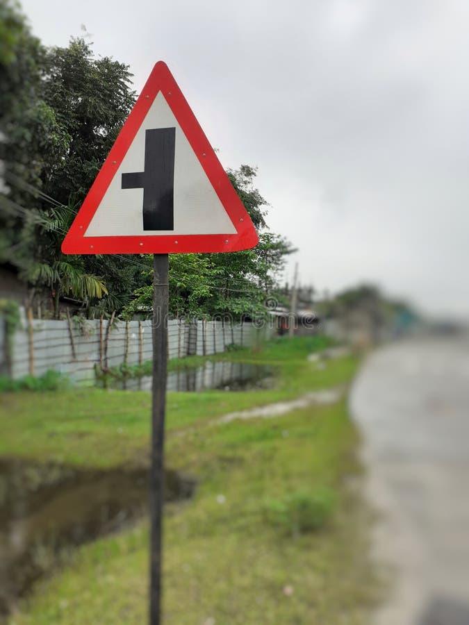 Trzy sposobów złącza znaka ostrzegawczego deska, skrzyżowanie ruchu drogowego znak na poboczu obrazy royalty free