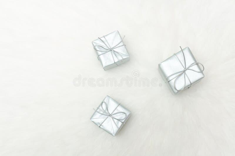 Trzy srebnego prezenta pudełka na białym tle Wakacyjny pojęcie zdjęcie stock