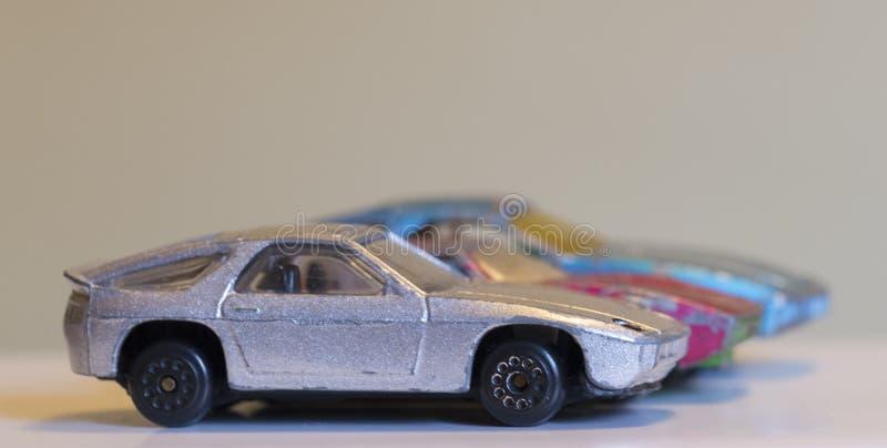 Download Trzy Starego Powyginanego Zabawkarskiego Samochodu Zdjęcie Stock - Obraz złożonej z rząd, mały: 106919520