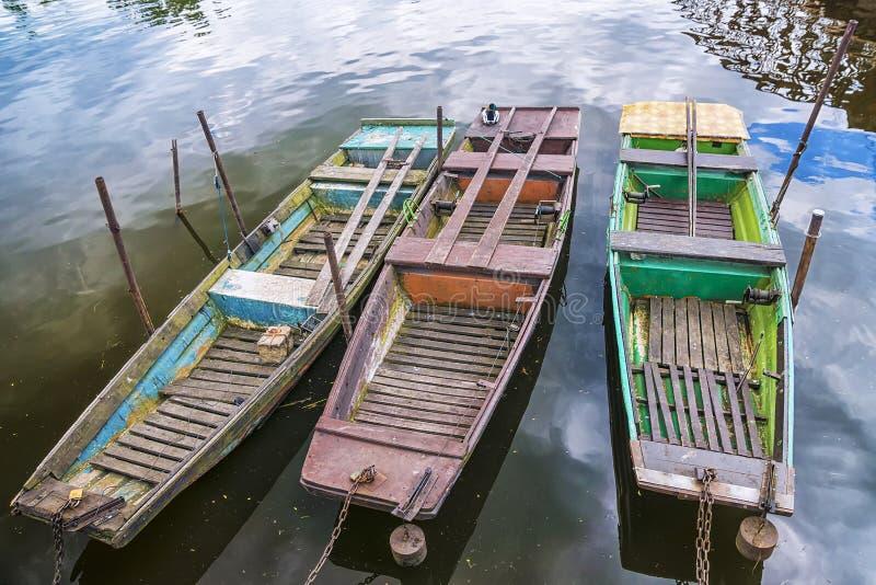 Trzy starej łodzi na wodzie zdjęcia stock