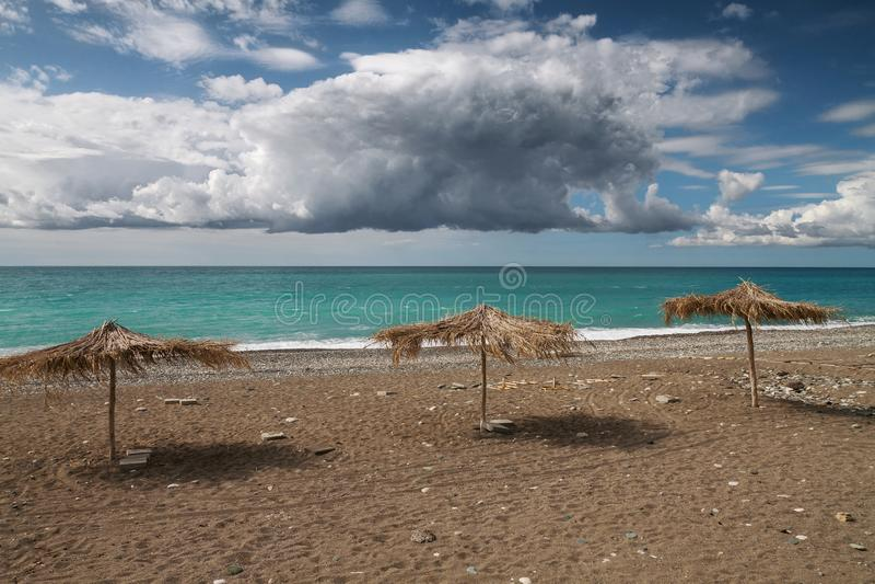 Trzy sunshade na piaskowatym seabeach obraz royalty free