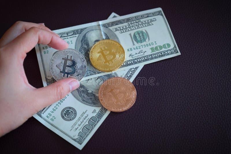 Trzy symbolicznej monety bitcoin na banknotach sto lal obrazy royalty free